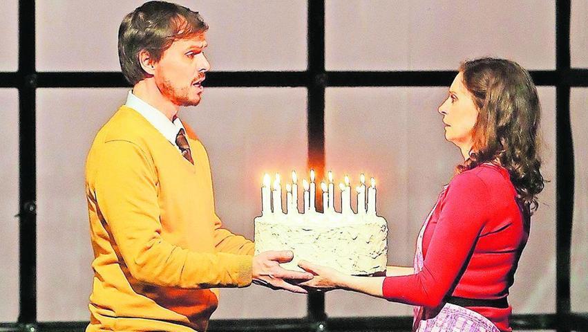 """(Un-)Happy Birthday to you: Felix Martin (Dan) und Pia Douwes (Diana) bei den Proben zur """"next to normal""""-Osterserie."""