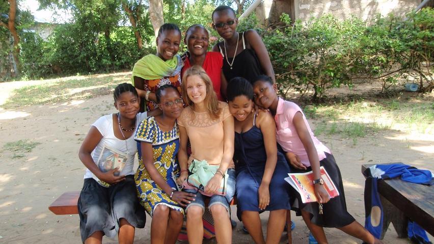 Sonntagnachmittag an der Südküste Kenias: Unsere Autorin Nadine besuchte die Schülerinnen der Diani Maendeleo Academy an ihrem freien Tag, um zu sehen, was sie da so machen. Statt Schuluniform tragen sie normale Kleidung, hören Musik oder schauen einen Film an. Die Schule wird durch Spenden finanziert, um den Mädchen Bildung zu ermöglichen.