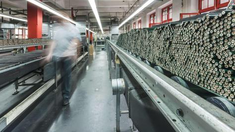 """Bleistifte so weit das Auge reicht: 40 000 der legendären """"Castell 9000"""" werden jeden Tag allein in Stein produziert."""