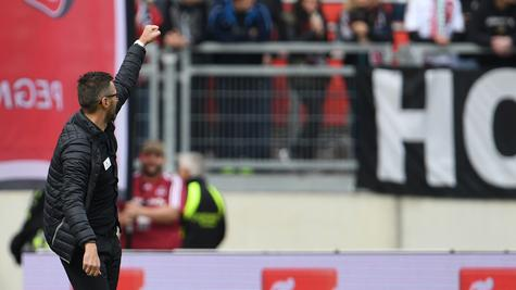 Sieg! Club-Kommandant Michael Köllner reckt die Faust in Richtung der Fans.