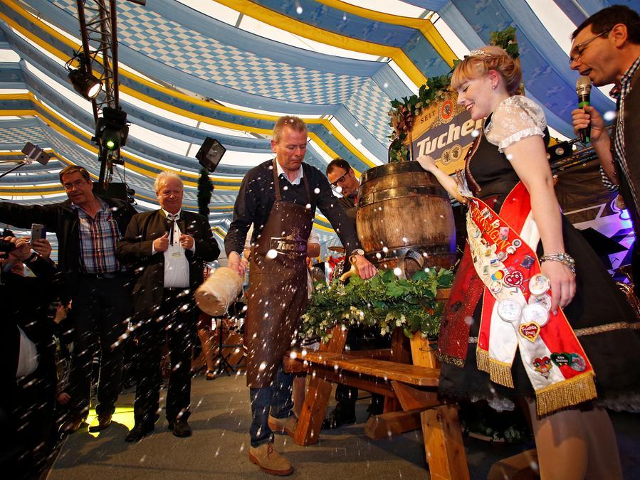 Mit drei Schlägen hat Oberbürgermeister Ulrich Maly am Samstag das Nürnberger Frühlingsvolksfest eröffnet. Volksfest-Königin Carina durfte als eine der ersten probieren.