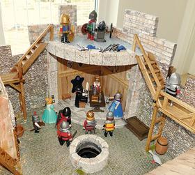 Michaels Enkel Benni bespielt die Burg fast täglich mit seinen Playmobilfiguren, unter denen sich auch Ritter und ein König sowie eine Königin befinden.