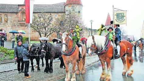 Den Pferden macht die Kälte nichts aus, den Menschen an sich schon; dennoch ließen sich viele nicht davon abhalten, am festlichen Umzug zu Ehren St. Georgs teilzunehmen. Fotos: Ralf Rödel