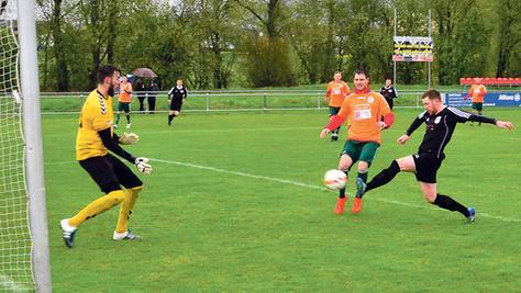 Der Mann des Tages: Weißenburgs Mittelstürmer André Hofer traf gestern gegen den SV Seligenporten II wie am Fließband. Hier erzielte er das 3:0 – es war das zweite von insgesamt fünf Toren.