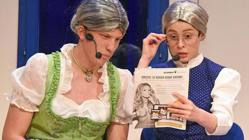Ralf Uhlmann als Marie und Judith Meermann als Rosa: Zwei Dorftratschen im Wartezimmer der örtlichen Ärztin, wo es auch schlüpfrige Lektüre zu begutachten gilt.