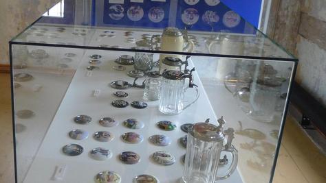 """Bierkrugdeckel erzählen Geschichten, und zwar in einer Sonderausstellung im Museum """"HopfenBierGut"""" in Spalt."""