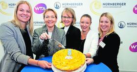 Eine Torte zum fünften Geburtstag: Sandra Reichel (Zweite von links) und ihr Organisationsteam freuen sich schon auf den Nürnberger Versicherungscup Ende Mai.