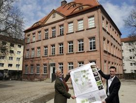 Friedrich von Grundherr (links) und Ancud-Gründer Konstantin Böhm mit Bauplänen vor dem rundum ansprechend restaurierten einstigen Herrensitz der Nürnberger Patrizierfamilie.