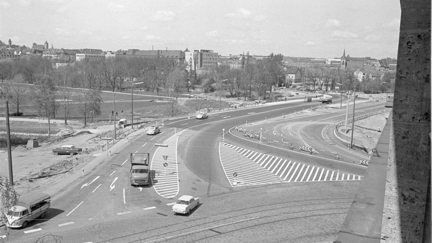 Jetzt nimmt der neue Wöhrder Talübergang Gestalt an. Seit einigen Tagen rollen die Autos nicht mehr über die östliche Brückenhälfte, sondern über den frisch asphaltierten und markierten westlichen Teil. Die Linie des westlichen Brückengeländers zeigt außerdem schon die Richtung an, in der die Straße einmal bis zur Höhe der Dürrenhofstraße verlaufen wird.