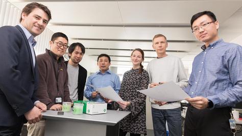 """""""Ein Tag ohne Immigranten""""?: Auch bei der Schaeffler AG wäre dies unvorstellbar. Chen Ding (r.) ist Teil eines internationalen Teams, das kreativ zusammenarbeitet."""