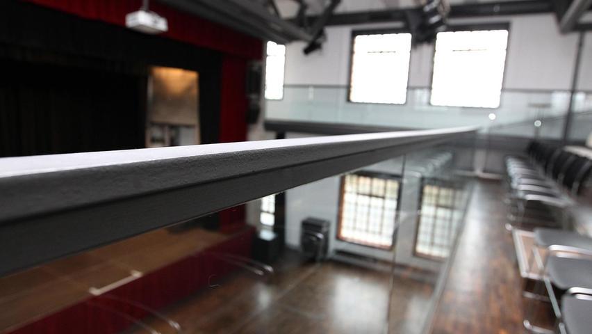 Dieser Balken sorgt seit Jahren für Diskussionen, weil er auf der Galerie die Sicht in den Kultursaal einschränkt. Jetzt liegen Fakten auf dem Tisch: Eine Änderung würde 17 400 Euro kosten. Archivfoto: Ralf Rödel