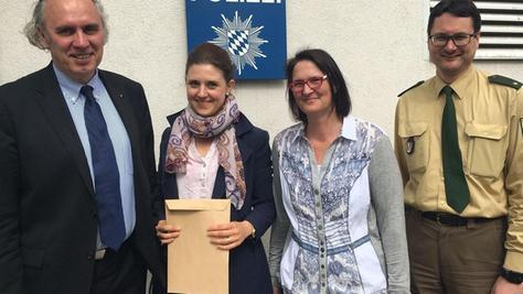 Sabine Zaitschek und Susanne Rustler wurden vom Leiter der Polizei Forchheim und dem Bamberger Kripochef Ralf Popp ausgezeichnet.