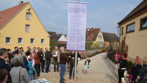 Mit einem moderner Thesenanschlag auf dem Pfarrbuck in Geilsheim setzen sich die Gläubigen für eine Stärkung der kleinen Kirchengemeinden ein.