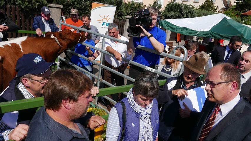 Deutlich entspannter als im letzten Jahr bei der Demo in Neustadt war jetzt die Begegnung von BDM-Kreisvorsitzendem Peter Meyer (l.) mit Bundesagrarminister Christian Schmidt (r), bei der sich beide Seiten zufrieden mit Verlauf und Atmosphäre des Treffens zeigten.