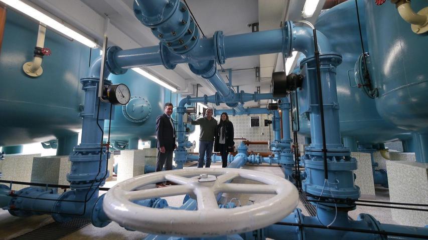 Hier bleibt kaum ein Rohr am anderen: Zweckverbands-Vorsitzender Robert Pfann, Geschäftsführer Werner Rühl und Planerin Julia Ruppert (v.li.) im Keller des Wasserwerkes Großschwarzenlohe, das von 2018 bis 2020 mit 3,4 Millionen Euro generalsaniert wird – und das im laufenden Betrieb.