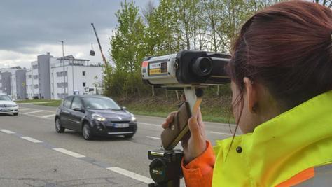 Polizeihauptmeisterin Verena Lukas mit der Laserpistole am Feldkreuz vor Hilpoltstein.