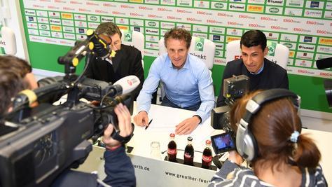 Damit ist es amtlich: Die Unterschrift von Janos Radoki fixierte die Weiterbeschäftigung von Fürths Erfolgstrainer.