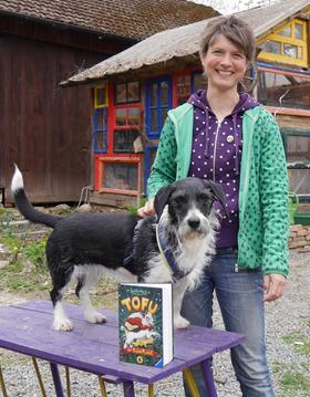 """Eine Frau, ein Hund, ein Buch: Judith Allert ist die Autorin von """"Tofu, der Superhund"""". Und ihre Hündin Alma ist die Vorlage für Tofu."""
