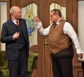 Echter Spaß mit falschen Bäuchen: Martin Rassau (li.) und Volker Heißmann haben den Schwank-Klassiker mit reichlich Fürther Lokalkolorit aufgepeppt.