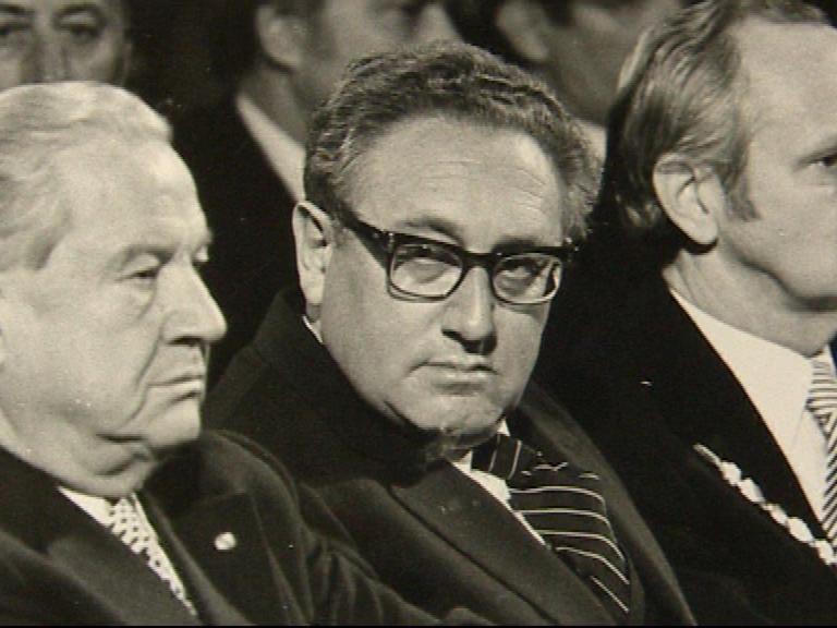 1975 empfing Kurt Scherzer (rechts) den gebürtigen Fürther Henry Kissinger (Mitte) bei einem Besuch in seiner Heimatstadt. Links sitzt der Bayerische Ministerpräsident Alfons Goppel.