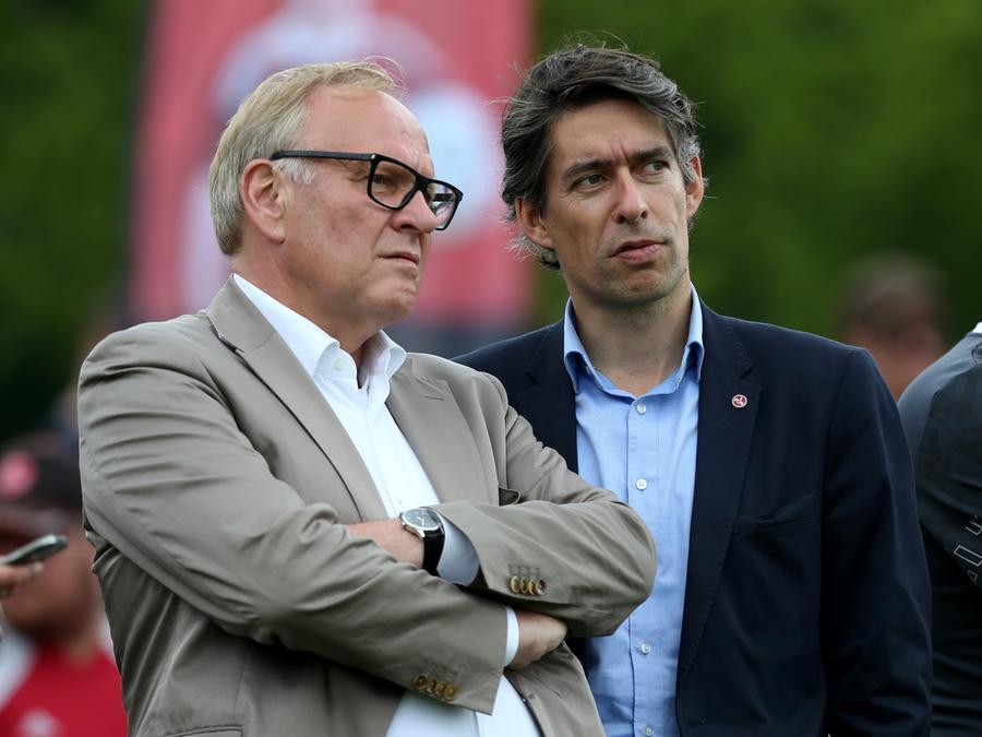 Die Macher beim Club wissen, dass die wirtschaftliche Situation beim FCN angespannt bleibt. Entsprechend könnte man die besorgten Blicke von Aufsichtsratsboss Thomas Grethlein und Finanzvorstand Michael Meeske zumindest deuten.
