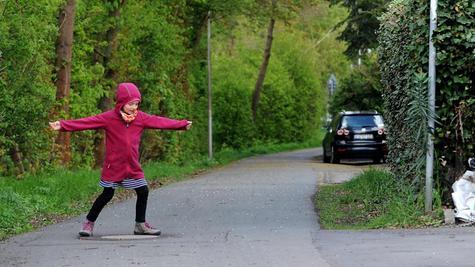 Spielende Kinder und Grundstückseinfahrten: Radler müssen im Bereich der Spitzwiesenstraße besonders vorsichtig sein.