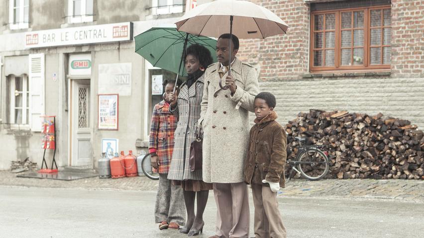 Ankunft in der Provinz: Arzt Seyolo Zantoko (Marc Zinga) mit Ehefrau Anne (Aïssa Maïga), Tochter Sivi (Médina Diarra) und Sohn Kamini (Bayron Lebli).