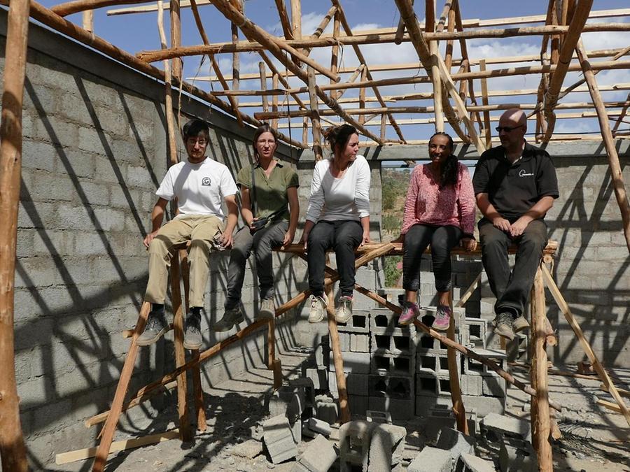 Marcel Heuer (re.) und seine Frau Negassty Abraha (2. v. re.) gönnen sich auf der Baustelle gemeinsam mit Helfern aus Deutschland eine Pause.