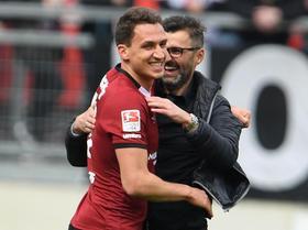 Gegen Aue jedenfalls half der Club-Ösi bereits mit, das 2:1 über die Zeit zu retten – und durfte danach mit Michael Köllner jubeln.