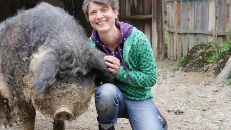 Diese beiden kuscheln gern: Judith Allert und ihr Wollschwein Krümel
