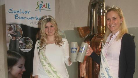 Hopfenkönigin Barbara Müller und Biermajestät Julia Baierlein (von links) haben unzählige Male auf Festen mit dem Fußvolk angestoßen, nun heißt es bald Abschied nehmen. Ihre Gewänder haben sie zum Fototermin vor der Bierwerkstatt im Kornhaus, wo aus Hopfen Bier wird, schon zu Hause gelassen.