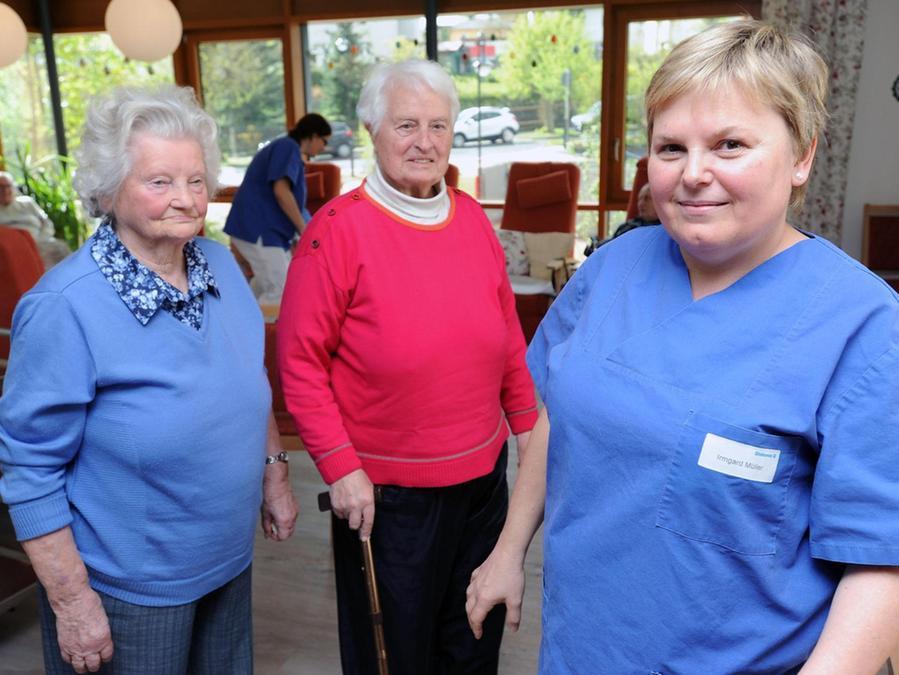 """Die Altenpflege ist für Irmgard Müller (re.) nicht nur Beruf, sondern Berufung: """"Gehen die Senioren lächelnd heim, ist das für mich mehr als der Lohn."""""""