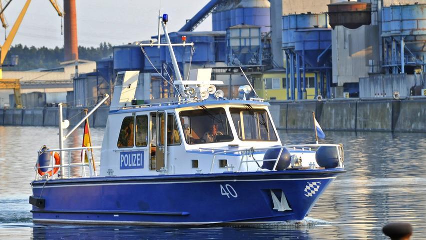 Ein Polizeiboot wird am Sonntag auf dem Main das Schiff des Supporters-Club Nürnberg begleiten.