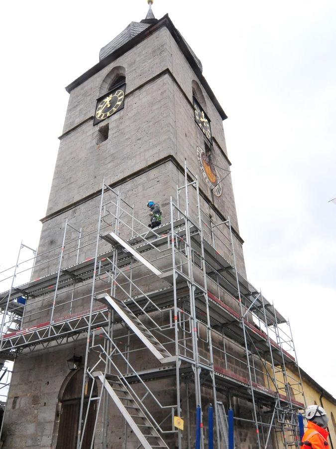 Die Creußener Sankt Jakobuskirche wird gerade eingerüstet. Die Generalsanierung soll Anfang Mai beginnen.