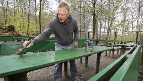 """Die Bänke und Tische bekommen rasch noch einen kellerwald-grünen Anstrich. Wirt Uwe Koschyk macht schon mal klar Schiff am """"Schlössla""""."""