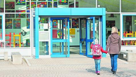 Die kleine Sarah wird von ihrer Mutter in die Schule nach Bubenreuth gebracht.