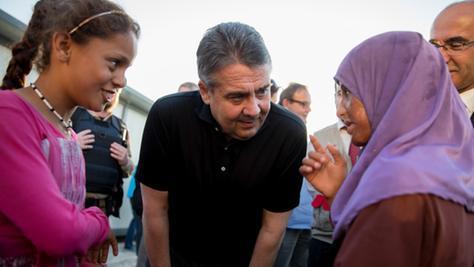 In den ehemals vom IS-kontrollierten Gebieten mangelt es an allen. Jetzt sicherte der deutsche Außenminister Sigmar Gabriel Hilfsgüter zu.