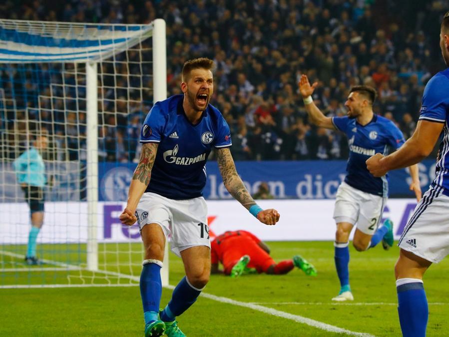Da war die königsblaue Welt noch in Ordnung: Guido Burgstaller, der bereits den ersten Knappen-Treffer vorbereitet hatte, stellte in Gelsenkirchen auf 2:0!