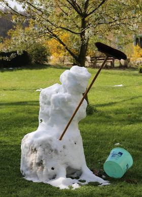 Dem österlichen Schneemann in Seidmar geht es an den Kragen.