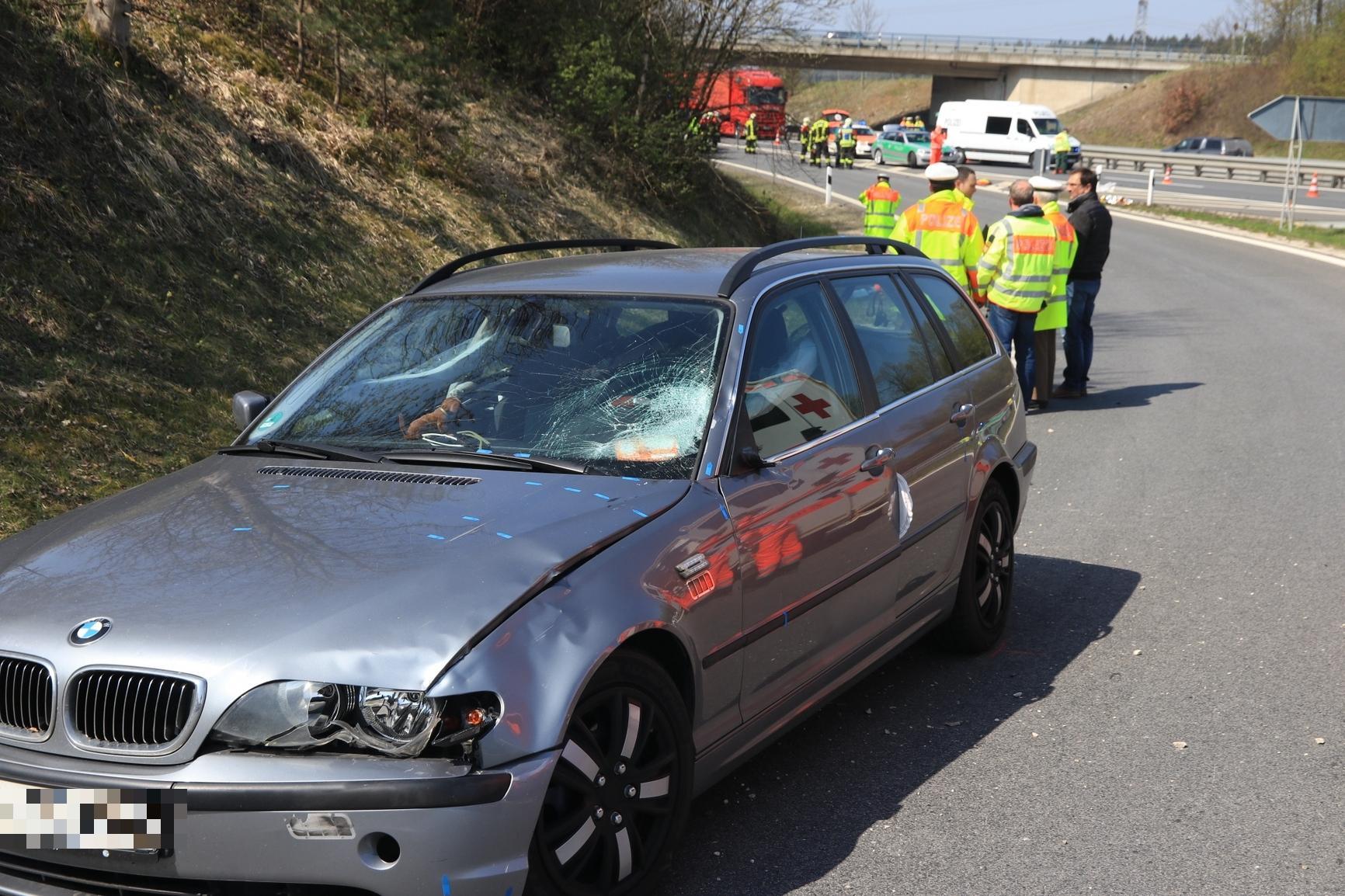 Schwerer Unfall auf A70: BMW erfasst Streifenpolizist: Mann muss wiederbelebt werden