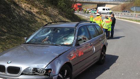 Der Polizist wurde von dem Auto erfasst und mehrere Meter durch die Luft geschleudert.