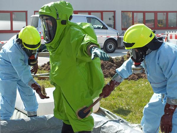 Dekontaminierung der Atemschutzträger in der Reinigungsstation.