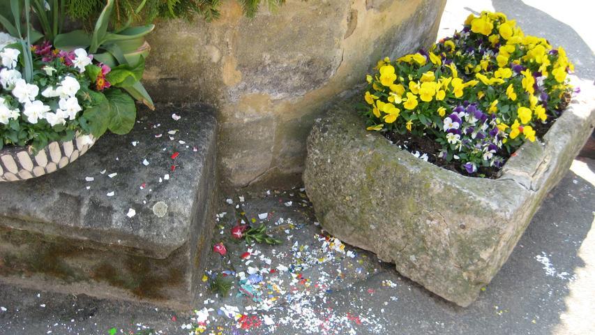 Die Täter schlugen wohl in der Nacht zu und zerstörten den Osterbrunnen an der St. Ottilienkirche in Kersbach.