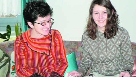 Es war einmal 2008: Mutter und Tochter auf dem Sofa. Damals wollte Margareta Bösl Gredinger Bürgermeisterin werden; ein Wunsch, der ihr verwehrt blieb. Barbara paukte fürs Abitur und wandelt künftig auf den Spuren ihrer Mama, die fast fünf Wahlperioden im Gredinger Stadtrat saß.