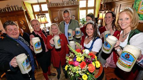 Gruppenbild mit Königinnen: Der bestens gelaunte Brauerei-Chef Peter Kitzmann (4. v l.) mit CSU-Stadträtin Birgitt Aßmus (3. v. l.) bei der Bergbier-Probe.