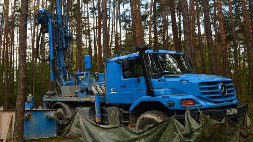 """Mitten im Wald zwischen Erlangen und Möhrendorf finden Bohrarbeiten statt. Dort werden als Vorbereitung für den Schleusenneubau sogenannte """"Schutzbrunnen"""" gebaut und Grundwassermessstellen eingerichtet."""