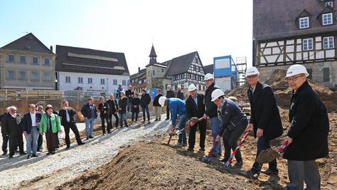 Jetzt geht's los: Beim offiziellen Spatenstich greifen Franz Stumpf, Uwe Kirschstein, Sigrun Wagner, Architekt Thomas Krügel, Kämmerer Detlef Winkler und Oberbauleiter Michael Schunter (von rechts) zur Schaufel.