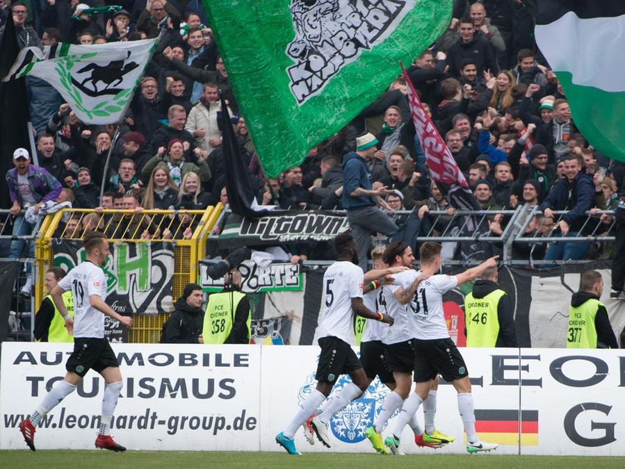 Hannover 96 verpasste am Samstag mit einem 2:2-Remis beim abstiegsbedrohten Erzgebirge Aue den Sprung auf dem ersten Tabellenplatz.