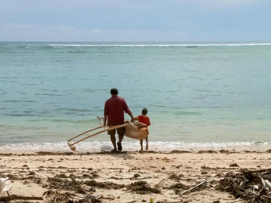 """Dieses Bild wurde auf dem Inselstaat Tuvalu aufgenommen, der im Pazifik liegt. Beide Regionen spüren die Erderwärmung sehr deutlich. In seinem Film """"ThuleTuvalu"""" dokumentiert der Regisseur Matthias von Gunten den Klimawandel anhand der Schicksale einheimischer Familien."""