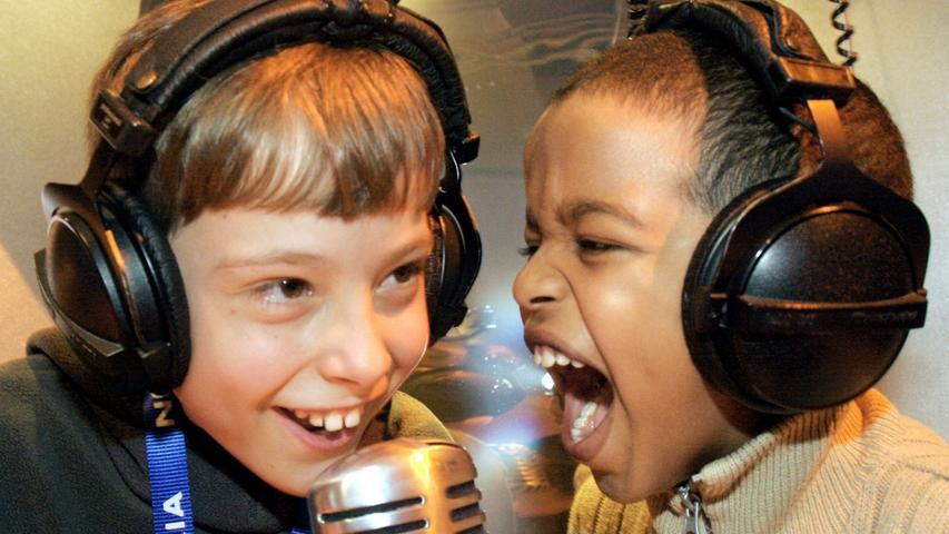 Auch Kinderlieder können cool sein: Diese zwei Jungs haben beim Singen zumindest jede Menge Spaß.